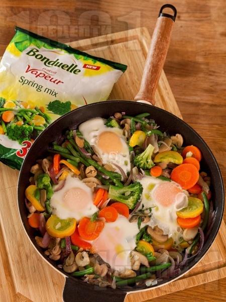 Зеленчуков микс с яйца и мариновани гъби от консерва на тиган - снимка на рецептата